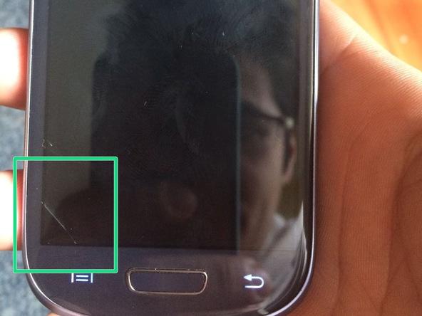 درب پشت Galaxy S3 Mini تعمیری را باز کرده و باتری گوشی را از آن خارج کنید.