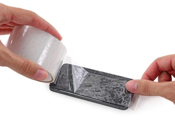 اگر صفحه نمایش آیفون SE که قرار است اهرم اجکت سیم کارت آن تعویض شود شکسته یا ترک دارد، توصیه میکنیم قبل از شروع هر اقدامی روی نمایشگر گوشی را با چند لایه چسب نواری پهن بپوشانید.