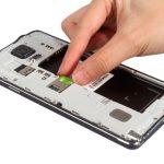 سیم کارت گلکسی نوت 4 تعمیری را هم از گوشی خارج نمایید.