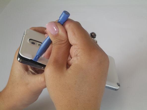 نوک قاب باز کن یا اسپاتول را در شیاری قرار دهید که روی گوشه درب پشت گلکسی نوت 3 قرار دارد و بدین ترتیب درب پشت گوشی را به سمت عقب بکشید تا از بدنه دستگاه فاصله بگیرد.