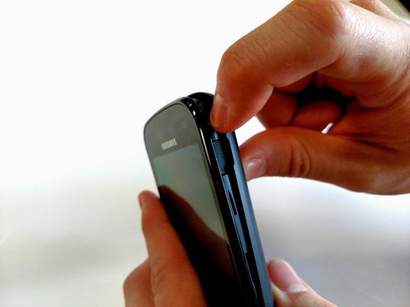 با نوک انگشت یا لبه قاب باز کن درب پشت Galaxy S Blaze را از بدنه اصلی آن جدا کنید تا دسترسی به باتری امکانپذیر شود.