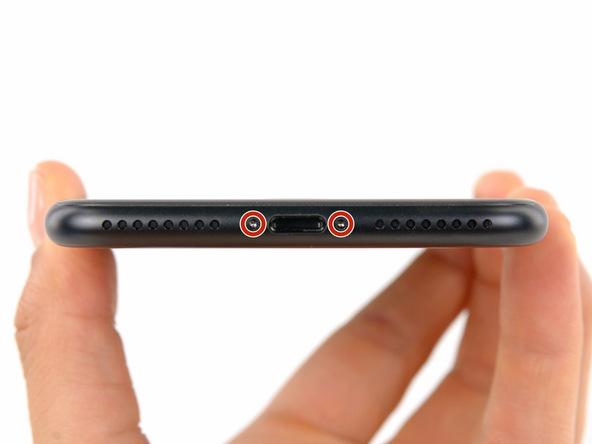 • دو پیچ 3.4 میلیمتری که در لبه زیرین گوشی که در دو سمت سوکت شارژ آن واقع شدهاند را باز کنید.