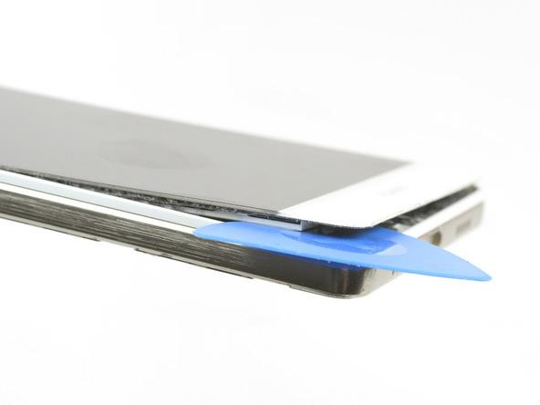 لبه زیرین ال سی دی هوآوی P8 Lite تعمیری را به آرامی از روی فریم گوشی بلند کنید. دقت کنید که مراقب کابل های مختلف موجود در مسیر جداسازی ال سی دی از فریم آن باشید.