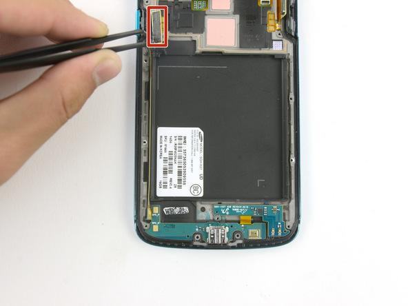 کانکتور سوکت شارژ یا برد ثانویه گلکسی اس 4 اکتیو تعمیری را باز کنید. این کانکتور در عکس اول با رنگ قرمز مشخص شده است.