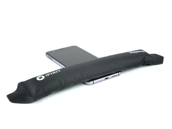 با آیاوپنر یا سشوار به لبه زیرین قاب هوآوی P10 Lite (پی 10 لایت) گرمای ملایمی اعمال کنید. دقت کنید که گرما باید به سمت جلوی گوشی (زیر ال سی دی) وارد شود.