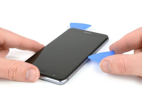 پیک اول که در گوشه سمت راست و بالای ال سی دی هوآوی پی 10 لایت (P10 Lite) قرار دارد را به آرامی به سمت راست LCD گوشی هدایت کنید تا لبه زیرین آن پیش ببرید تا سمت راست ال سی دی هوآوی P10 Lite تعمیری از روی بدنه گوشی بلند شده و شل شود.