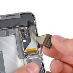 به آرامی کانکتور سوکت شارژ آیفون 4 را گرفته و به سمت عقب بکشید تا سیم آن از روی دیگر قطعات سخت افزاری گوشی آزاد شود.