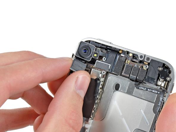 لنز دوربین اصلی آیفون را از گوشه قاب آن جدا نمایید.