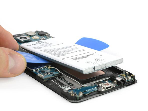 لبه زیرین باتری گوشی را با انگشت گرفته و آن را کاملا از روی بدنه گوشی جدا نمایید.