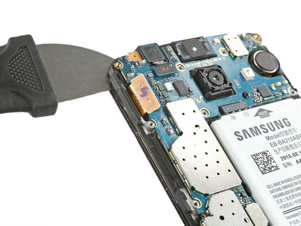 یک ابزار بسیار تیز مثل کاتر را از گوشه سمت چپ و بالای قاب گلکسی A3 2016 تعمیری به مابین ال سی دی و فریم آن فرو ببرید. دقت کنید که به فریم ال سی دی آسیبی وارد نشود.