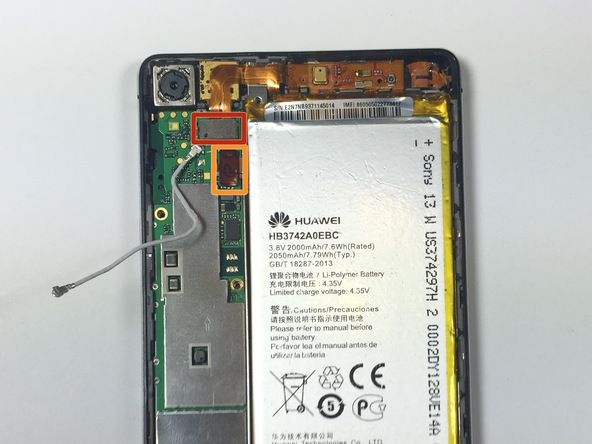 نوک اسپاتول را از لبه پایین در زیر کانکتور Micro USB قرار داده و خیلی آرام آن را به سمت بالا هول دهید تا از روی سوکتش آزاد شود. این کانکتور در عکس اول با رنگ قرمز مشخص شده است.