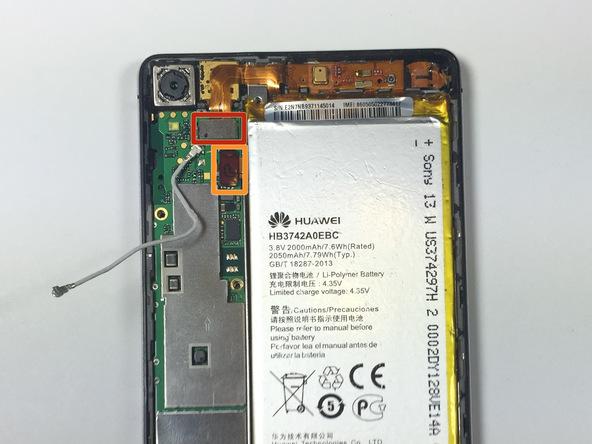 کانکتور سوکت شارژ هوآوی Ascend P6 را خیلی آرام و با استفاده از اسپاتول از روی برد گوشی آزاد کنید. مکان دقیق این کانکتور در عکس اول با رنگ قرمز مشخص شده است.
