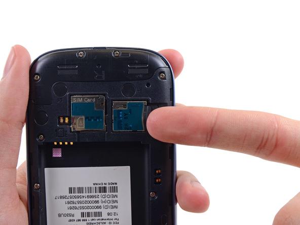 با نوک اسپاتول یا انگشت خود لبه رم میکرو اس دی (Micro SD) گوشی را به سمت داخل هول دهید تا آزاد شود.
