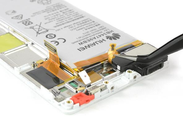 سیم کپسول اسپیکر هوآوی P8 تعمیری را با نوک پنس گرفته و خیلی آرام از روی قاب گوشی جدا نمایید.