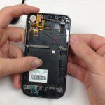 دکمه ولوم گوشی را از بیرون به سمت داخل هول دهید و کامل از بدنه گوشی جدا کنید.