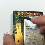نوک اسپاتول را از لبه پایین در زیر کانکتور Micro USB هوآوی اسند پی 6 تعمیری که در عکس با رنگ قرمز مشخص شده قرار داده و خیلی آرام آن را به سمت بالا هول دهید تا از روی سوکتش آزاد شود.