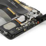 کانکتور سیم آنتن هوآوی P9 Plus تعمیری را با پنس گرفته و از روی فلت شارژ گوشی آزاد کنید.