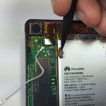 با قرار دادن نوک اسپاتول در لبه سمت چپ کانکتور باتری هوآوی Ascend P6 و هدایت آن به سمت بالا، کانکتور مذکور را هم از روی برد گوشی آزاد کنید. کانکتور باتری گوشی در عکس اول با رنگ نارنجی مشخص شده است.