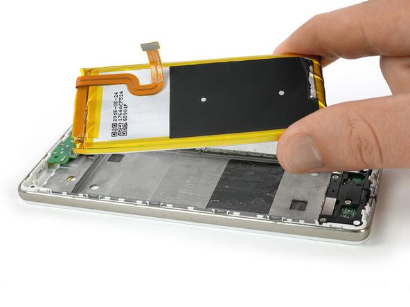 لبه سمت چپ باتری هوآوی P8 Lite تعمیری را با دست گرفته و آن را به سمت بالا و چپ بکشید تا کاملا از قاب گوشی جدا شود.