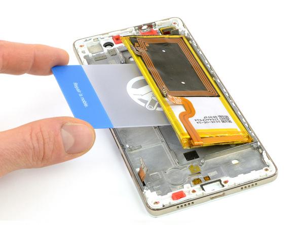 قاب باز کن کارتی یا نوک اسپاتول سر صاف را به آرامی از لبه سمت چپ باتری هوآوی P8 Lite تعمیری به زیر آن فرو ببرید و خیلی آرام سعی کنید باتری گوشی را از جایگاهش بلند نمایید.
