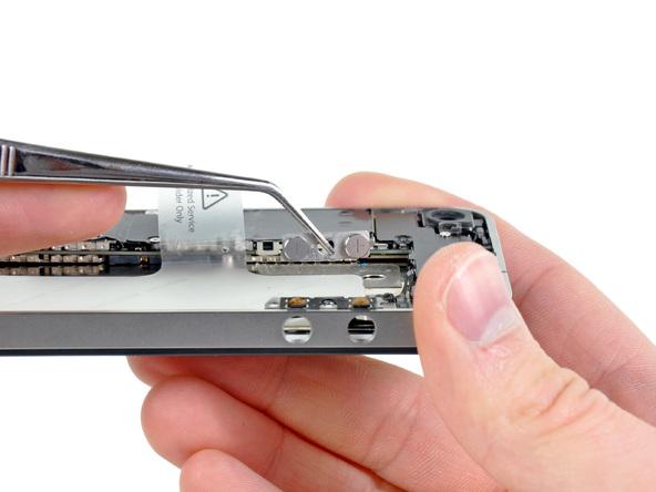با نوک پنس دکمه ولوم آیفون 4 تعمیری را از لبه قاب گوشی جدا کنید.