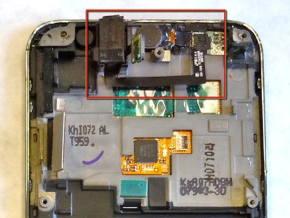 با جداسازی مادربرد، دسترسی به جک هدفون و اسپیکر مکالمه Galaxy S Vibrant امکانپذیر شده است. نوک اسپاتول یا قاب باز کن پلاستیکی را زیر جک هدفون گوشی قرار داده و خیلی آرام آن را به سمت بالا هول دهید. این کار را تا جایی ادامه دهید که جک هدفون گوشی از بدنه آن بلند شده و کاملا آزاد شود.