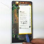 نوک قاب باز کن پلاستیکی یا اسپاتول سر صاف را از لبه تحتانی به زیر باتری هوآوی اسند پی 6 (Ascend P6) فرو ببرید و خیلی آرام آن را به سمت بالا هول دهید تا لبه زیرین باتری از روی قاب گوشی بلند شود.