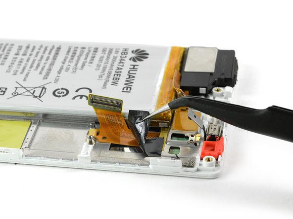 چسبی که روی سیم ال سی دی هوآوی P8 تعمیری نصب است را مثل عکس اول با پنس از روی آن باز کنید.