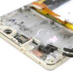 میکروفونی که در گوشه قاب هوآوی پی 9 لایت تعمیری قرار دارد را با پنس از روی قاب گوشی جدا کنید.