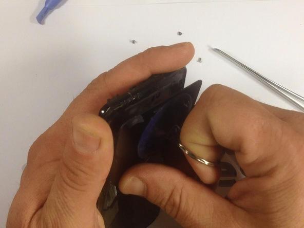 ساکشن کاپ را روی صفحه نمایش گلکسی اس 2 تعمیری به گونهای نصب کنید که بیشتر نزدیک به دکمه هوم گوشی باشد اما روی این دکمه قرار نگیرد.