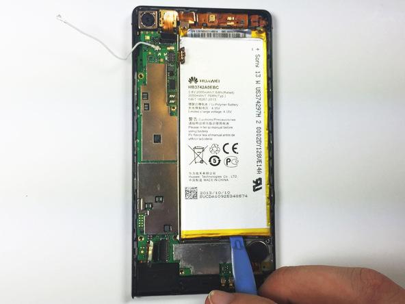 نوک قاب باز کن پلاستیکی را خیلی آرام از لبه تحتانی به زیر باتری هوآوی Ascend P6 تعمیری فرو برده و آن را به سمت بالا هدایت کنید تا لبه زیرین باتری از روی قاب گوشی بلند شود.