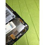 نوک پیک را به درون شکاف مابین قاب Ascend G610 تعمیری و دکمه ولوم فرو ببرید و خیلی آرام آن را به سمت جلو حرکت دهید تا دکمه ولوم گوشی کاملا از لبه قاب آن جدا شود.