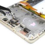 با نوک پنس اسپیکر مکالمه هوآوی P9 Lite تعمیری را از لبه فوقانی قاب گوشی جدا نمایید.