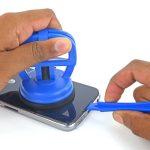 گلکسی اس 6 تعمیری را روی یک سطح صاف قرار دهید. لبه زیرین بدنه اصلی گوشی را با نوک قاب باز کن یا اسپاتول نگه دارید و با دست دیگرتان ساکشن کاپ را به سمت بالا بکشید. شدت نیروی کششی را به تدریج تا جایی افزایش دهید که لبه زیرین درب پشت گلکسی اس 6 تعمیری از روی بدنه آن بلند شود.