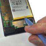 لبه زیرین باتری را با دست گرفته و کاملا از قاب گوشی جدا نمایید.