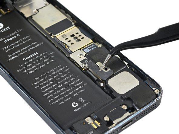 براکت کانکتور باتری آیفون 5 تعمیری را از درب پشت گوشی جدا کنید.