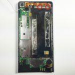 دو پیچ 2 میلیمتری که در عکس با رنگ قرمز مشخص شدهاند را با پیچ گوشتی فیلیپس #000 باز کنید. این دو پیچ براکت فلزی فلت شارژ هوآوی Ascend P6 تعمیری را نگه میدارند.