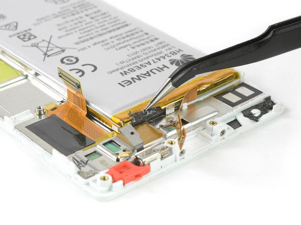 با نوک پنس لبه دومین چسب نگهدارنده باتری هوآوی P8 تعمیری را هم گرفته و به سمت عقب بکشید تا جای دست کافی برای گرفتن لبه چسب ایجاد شود.