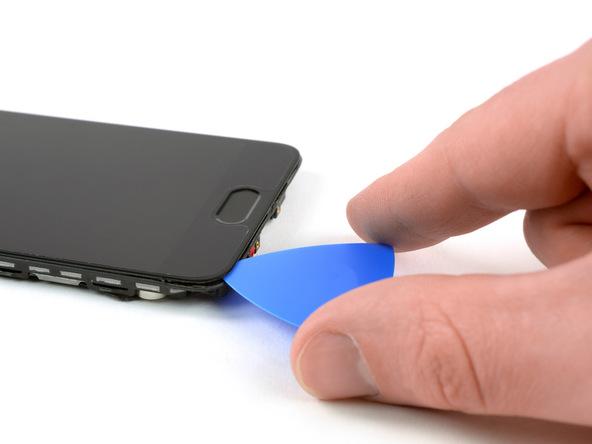 نوک پیک را به آرامی از گوشه سمت چپ و پایین قاب گوشی به زیر ال سی دی هوآوی پی 10 (Huawei P10) تعمیری فرو ببرید و خیلی آرام آن را تا سمت راست لبه زیرین ال سی دی هدایت کنید. پیک را در همان بخش از قاب (لبه زیرین و سمت راست ال سی دی) رها کنید.