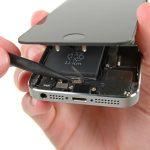 کانکتور دکمه هوم آیفون 5S را به شیوهای که در عکس مشخص شده باز کنید.
