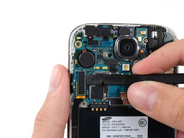 کانکتور USB را از روی برد گلکسی اس 4 تعمیری باز کنید.