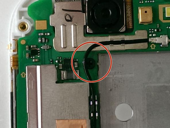 پیچی که در عکس اول نشان داده شده را از گوشه سمت چپ و فوقانی مادربرد Ascend G7 تعمیری باز کنید.