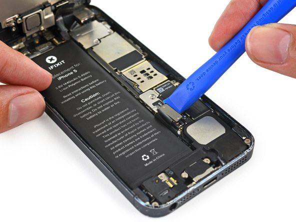 نکته: مراقب باشید به سوکت کانکتور باتری آیفون 5 تعمیری آسیبی وارد نشود.