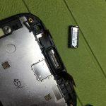 اسپیکر مکالمه Ascend G610 تعمیری را از بخش فوقانی فریم ال سی دی گوشی جدا نمایید.