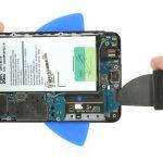 نکته: به هیچ عنوان نوک پیک یا ابزاری که از آن برای شل کردن لبه زیرین ال سی دی گلکسی A3 2016 استفاده میکنید را بیش از حد به داخل فرو نکنید، چون ممکن است به کانکتورها و قطعاتی که در این بخش از بدنه گوشی متصل هستند آسیب وارد شود.