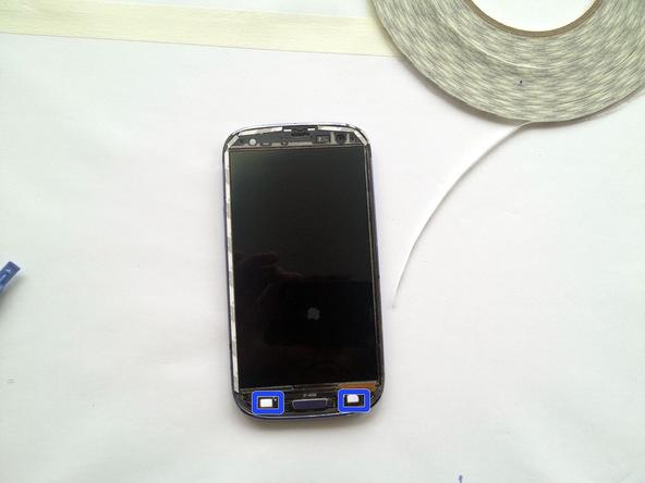 قبل از تعویض گلس روی LCD گلکسی اس 3 و نصب گلس جدید روی فریم گوشی، حتما اطراف آن را کاملا تمیز کنید تا هیچ گرد و غبار یا شی مزاحمی روی فریم و نمایشگر گوشی وجود نداشته باشد.