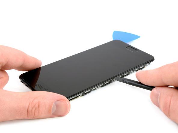 نوک پیک دوم یا هالبرد اسپاجر را در لبه سمت چپ ال سی دی گوشی حرکت دهید و به تدریج آن را وارد لبه فوقانی ال سی دی کنید و این بخش از ال سی دی هوآوی پی 10 (Huawei P10) تعمیری را هم شل نمایید.