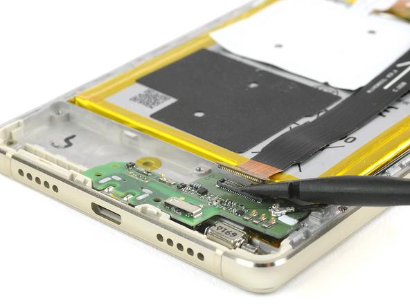 کانکتور سمت دیگر کابل اینترکانکت را از روی فلت شارژ هوآوی P9 Lite تعمیری آزاد کنید.