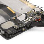 نوک قاب باز کن یا اسپاتول را در سوکت شارژ هوآوی P9 Plus قرار داده و خیلی آرام آن را به سمت بالا هول دهید تا از روی قاب گوشی بلند شود.