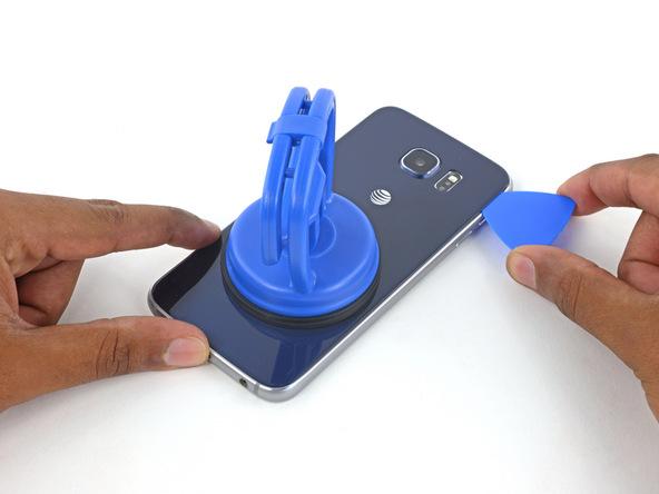 پیک را از لبه فوقانی قاب گلکسی اس 6 تعمیری به سمت راست هدایت کنید و لاستیک آب بندی روی لبه سمت راست قاب گوشی را هم تا حد امکان متلاشی کنید.